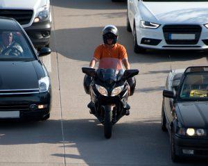 Moto circuler entre les voitures