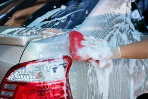 Laver la carrosserie de sa voiture dans la rue